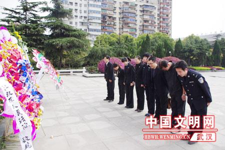 纪念革命先烈 武汉市江汉法院瞻仰二七纪念碑