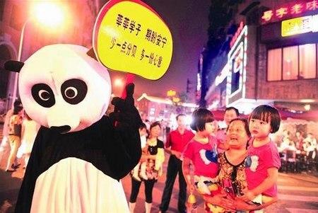 吉庆街熊猫宝宝卖萌提醒食客两考静音武