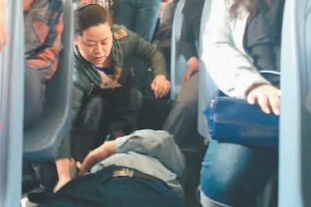 武汉公交车上温馨一幕:司机乘客施援手救晕倒老人