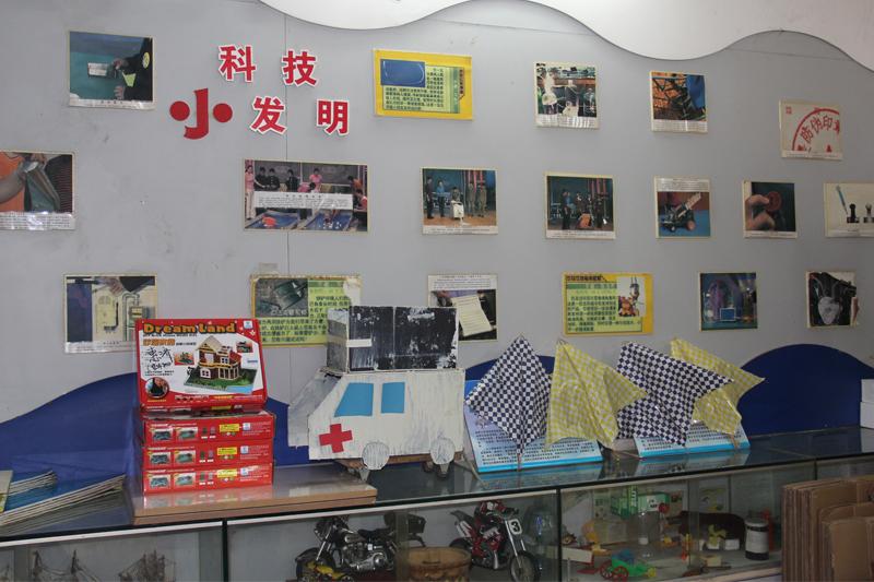 惠济路小学学生科技小发明展示墙