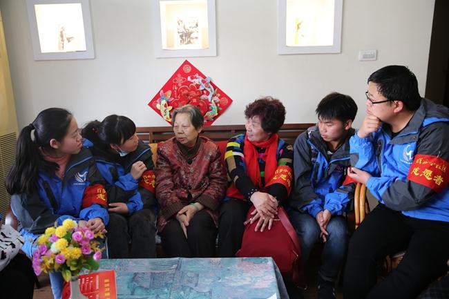 大学生进社区开展志愿者服务活动 图片来源:武汉文明网-武汉部署全