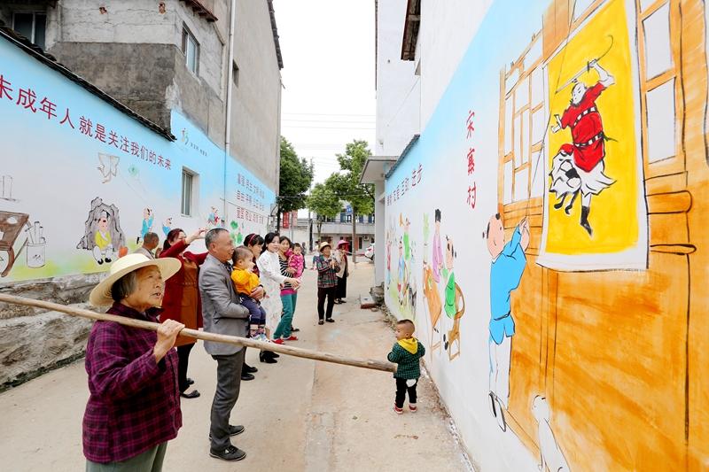 武汉新洲:文明新风进农村 手绘墙画诵党恩