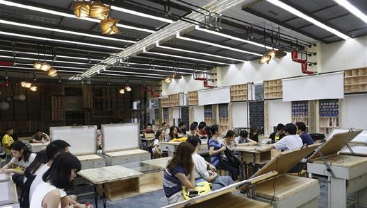 武汉大学生动手装修教室 破教室变成艺术沙龙图片