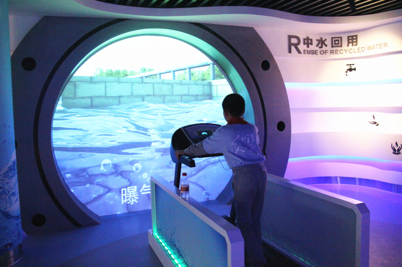 小学生在武汉市节水科技馆互动体验 图片来源:湖北省人民政府门户网站