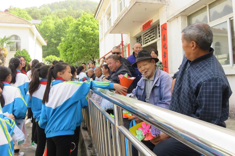 蔡甸区永安中心师生园区走进福利院开展敬老活中小学小学图片