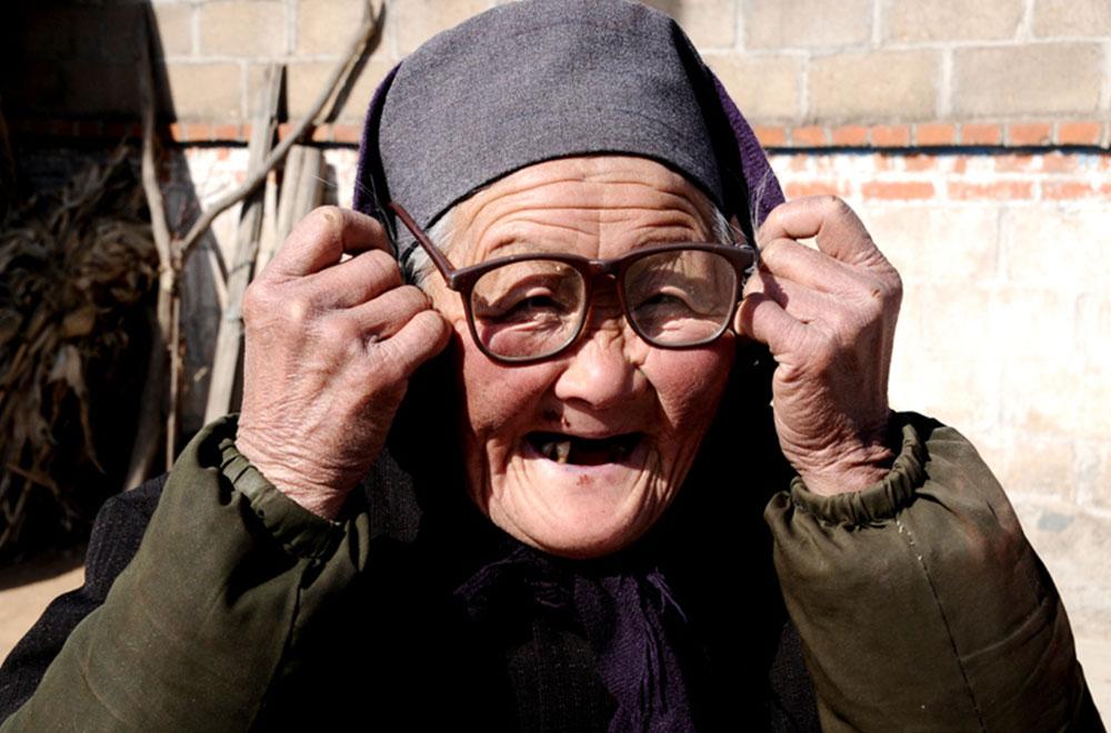 呆眼镜老人正面手绘